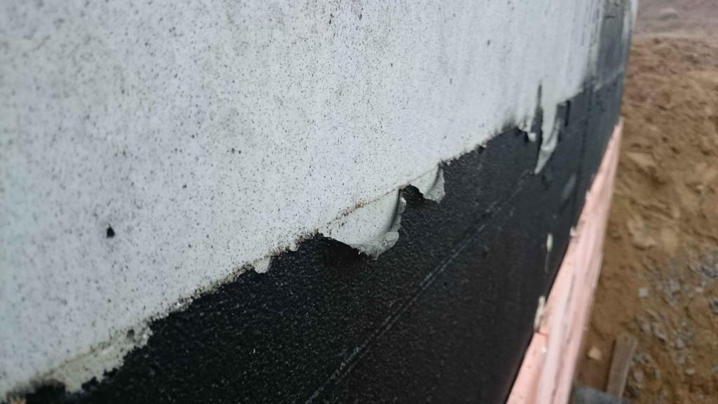 Отсутствует адгезия к основанию. Причина - сырое основание, холодное основание, плохое обеспыливание бетонной поверхности.