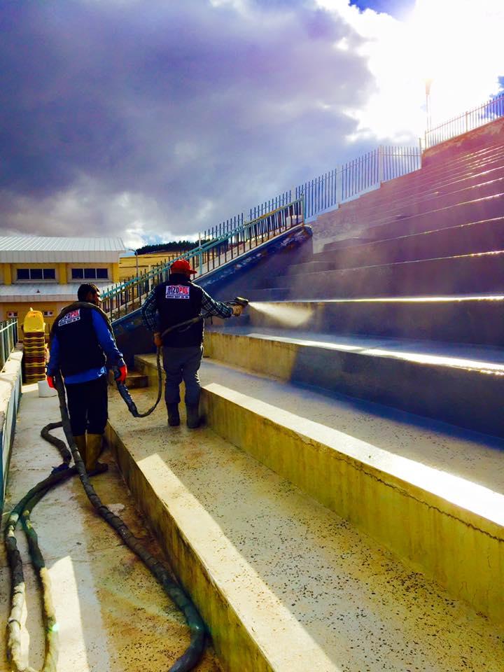 İzopol İzolasyon напыление полимочевины на бетонные супени стадиона